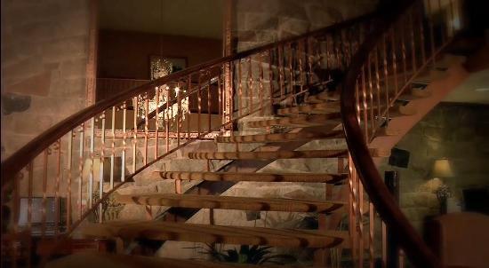Hotel Universel Quebec: L'escalier tournant du lobby de l'Hôtel
