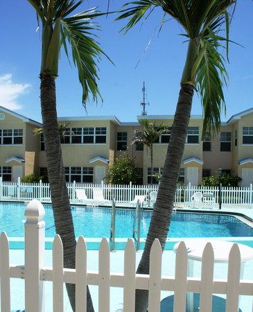 Barefoot Beach Resort: a beautiful day by the pool