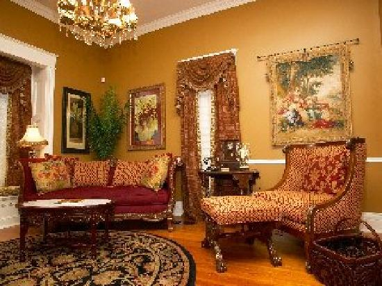 Elm Street Bed & Breakfast : Large family room