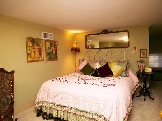 Elm Street Bed & Breakfast : Additional bedroom with queen bed for 2