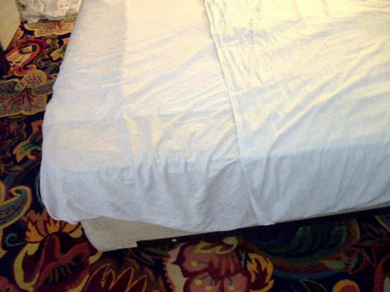 Sunrise Inn: No fitteed sheet, only 2 flat sheets that come untucked.