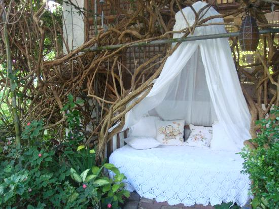 Sonya's Garden B&B: one of the cosy nooks around the garden