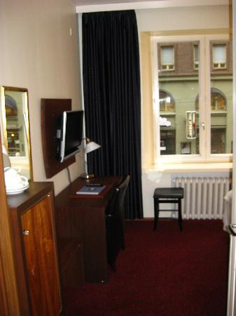 BEST WESTERN Hotel Carlton: Mini bar, coffee/tea, flat screen TV, big windows looking out to street