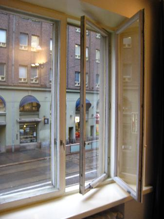 BEST WESTERN Hotel Carlton: Double windows - let the breeze in, keep most of the noise out