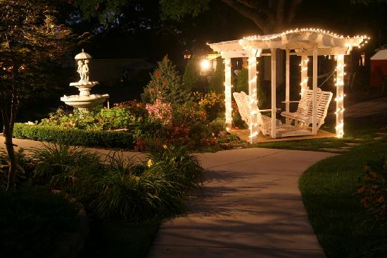 Prairieside Suites: Swing and fountain at night
