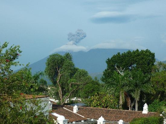 Casa Santo Domingo: Así se ve desde el hotel uno de los volcanes que rodean la ciudad