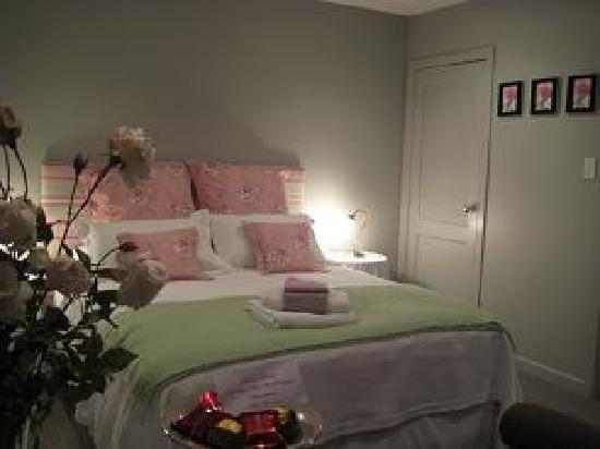 Finlay Banks Boutique Bed & Breakfast: Queen bed downstairs