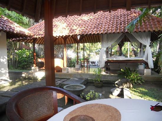 Natah Bale Villa: Looking from Kitchen to Lounge Area
