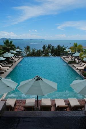 Holiday Inn Pattaya: Infiniti pool by day.