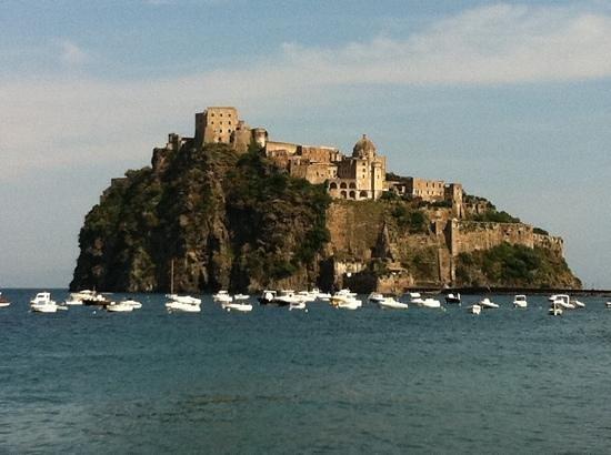 Castello Aragonese: il castello dalla spiaggia