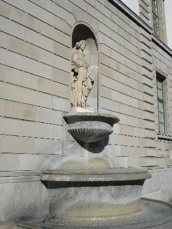 Oskar-Reinhart Foundation Museum: Brunnen an der Museumsfassade
