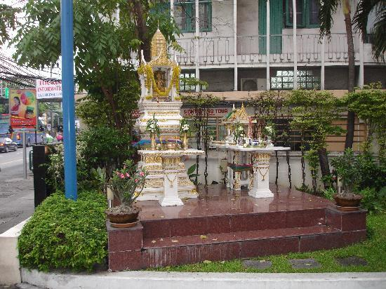 Siam Hotel: on the outside every hotel has a small temple