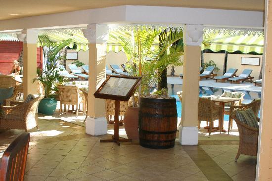 Trou d'eau Douce: Bar & pool area
