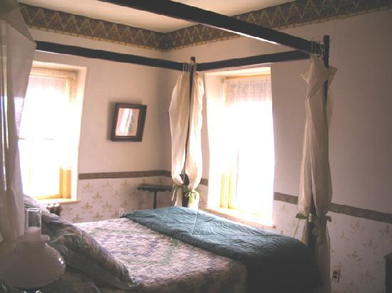 Leith Hall Bed and Breakfast: The Maple Leaf Suite canopy bed