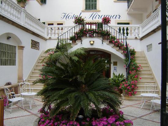 Hotel Miramar: Hotel courtyard