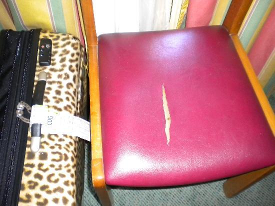 โรงแรมคอนคอเทล: Split Upholstery