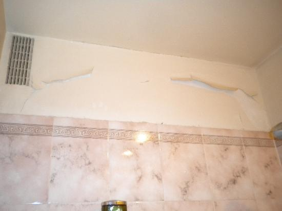 Hotel Concortel: Peeling paint in shower