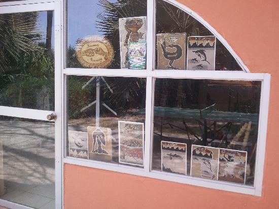 Golden Beach Hotel: Selection of sand paintings in hotel shop