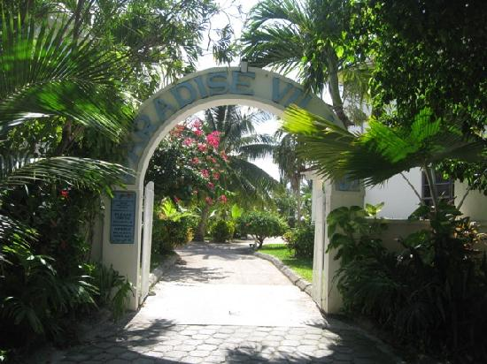 Paradise Villas: Entrance to Parasdise Villas from street
