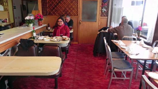 Maharani Restaurant: Basic, clean interiors.