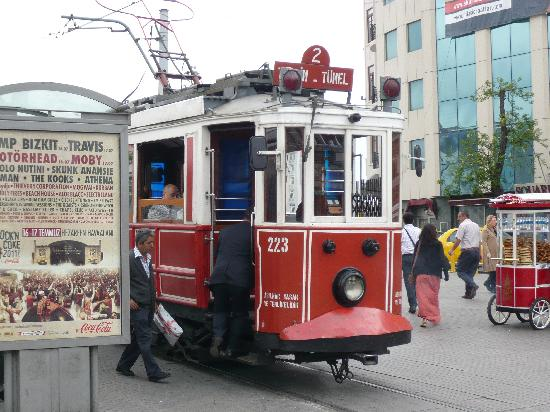 إسطنبول, تركيا: Die alte Strassenbahn vom Taksim zum Tünel