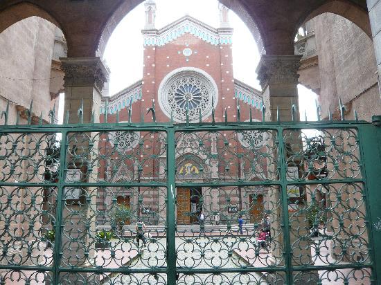Стамбул, Турция: Blick auf die St. Antonius Kirche von der Istiklal Strasse aus