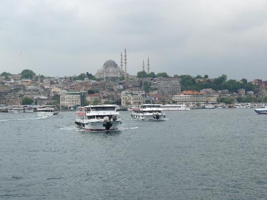 Стамбул, Турция: Bootsverkehr an der GalataBrücke