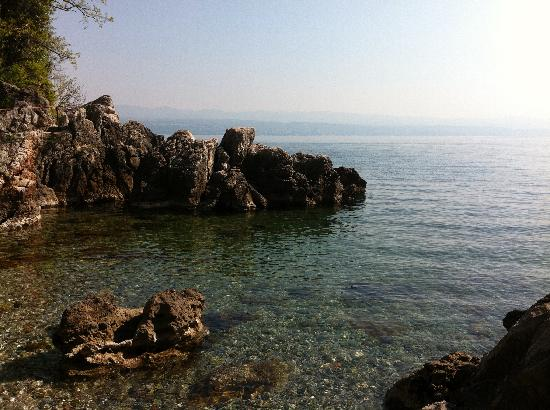 Lovran, Kroatië: tiny beautiful sea cove across the road