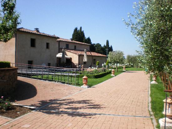 Sovana Hotel & Resort: La struttura vista dal giardino