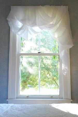Paris Guest House: Bedroom Window