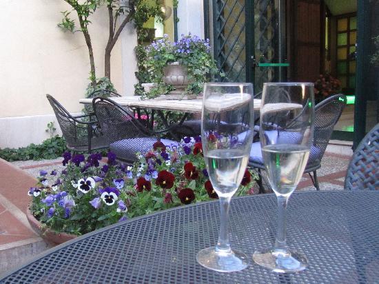 Villa Euchelia Resort: a drink in the garden,before dinner