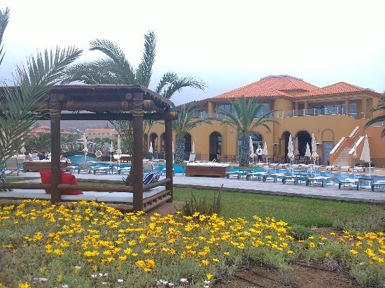 Pestana Porto Santo All Inclusive: Plenty of loungers and seating areas by pool