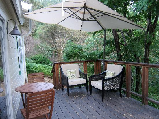 Coho Cottages: Relaxing deck