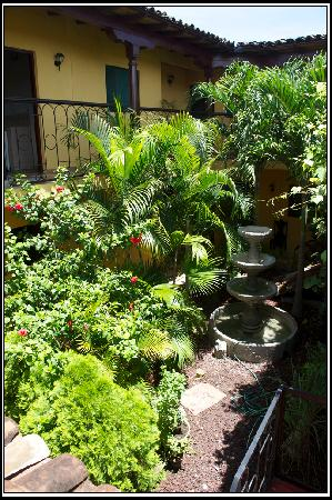 Hospedaje Valeria: The courtyard and garden