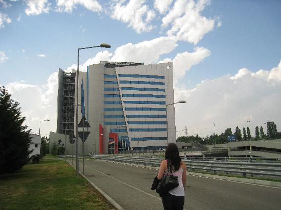 UNA Hotel Malpensa: Hotel is visible from the highway