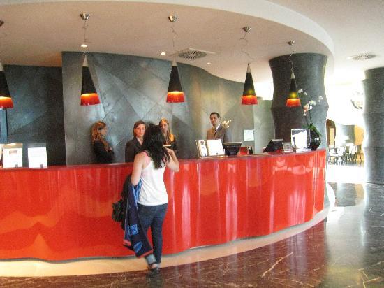 UNA Hotel Malpensa: Hotel color theme of red, black, white