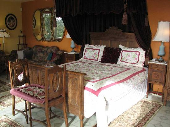 Plumeria Hill Bed & Breakfast : Victorian Rose King Suite @ $130 - $160 per night