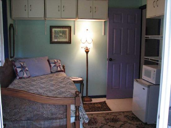 Plumeria Hill Bed & Breakfast: Malie Single Bedroom @ $75 - $90 per night