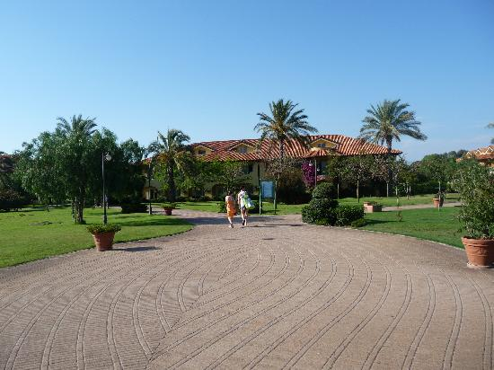 Rocca Nettuno Garden: Tidy spacious grounds
