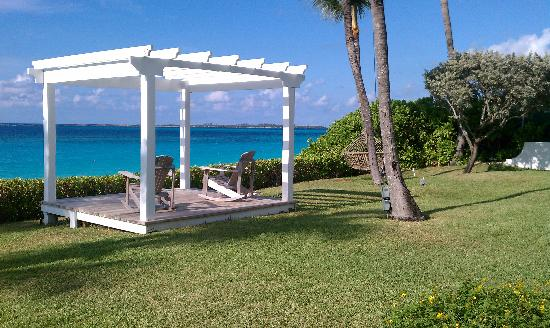Paradise Island Beach Club: Rocking chairs and hammock on site, overlooking ocean