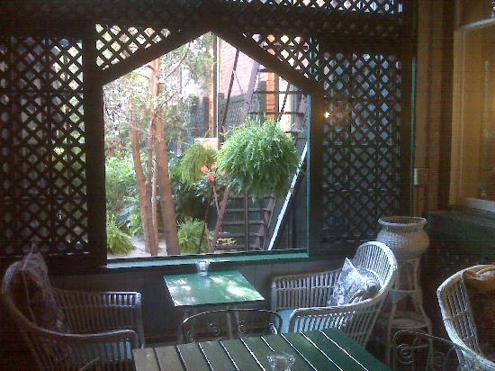 Adelphi Hotel: Lounge view of courtyard