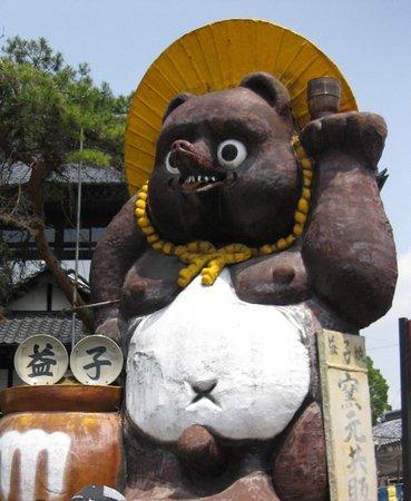 Mashiko-machi, Ιαπωνία: 巨大タヌキがお出迎え