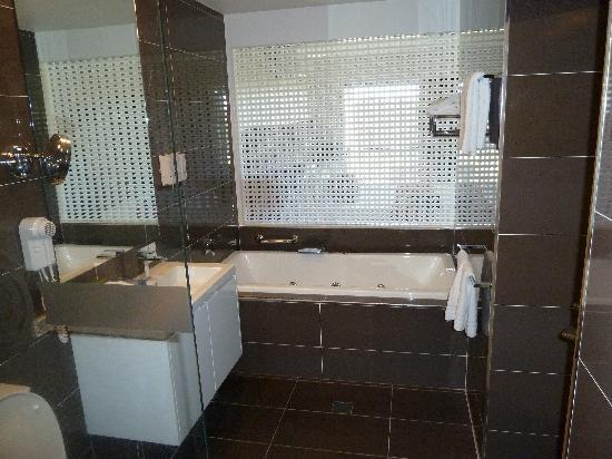 City Golf Club Motel: Spa bath with bedroom through blind