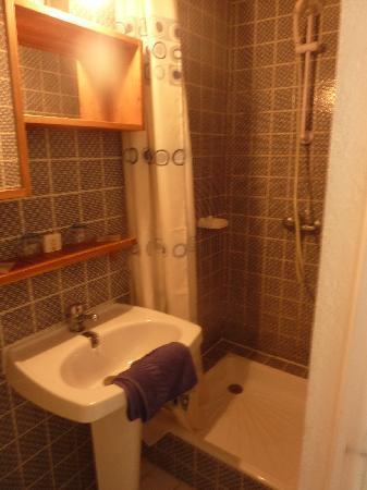 Hotel La Parenthese : La salle d'eau