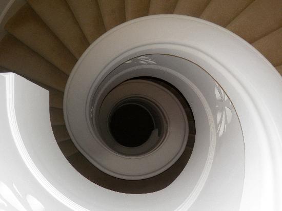 Château Saint-Martin & Spa : escalier en colimaçon vu d'en haut