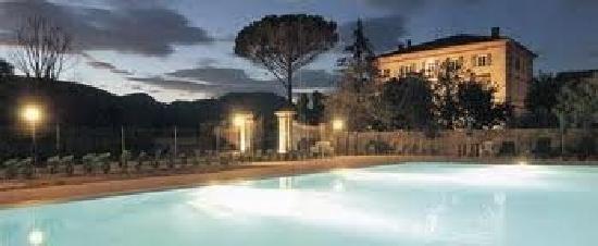 Villa Pardi Lucca: Pool am Abend