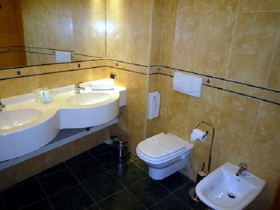 Luna Hotel Motel Airport: salle d'eau