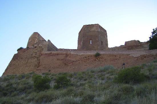 Castillo de Monzón: castillo desde fuera