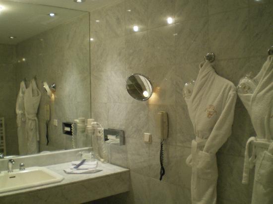 Hotel Roc de Caldes: la grande salle de bain