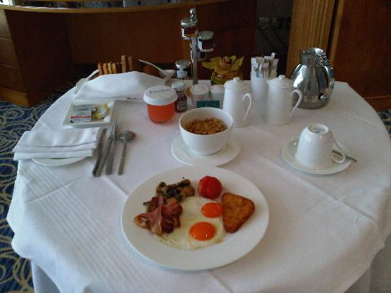 Jumeirah Beach Hotel: Breakfast in room